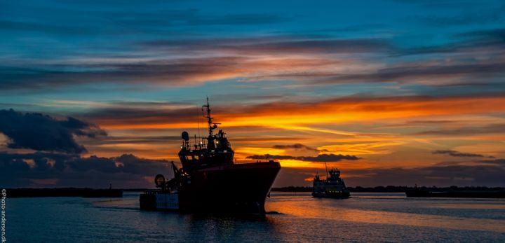 Esvagt og Fanøfærgen i solnedgang