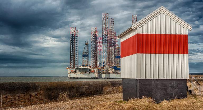 Fyrtårn ved Esbjerg havn i regnskyer