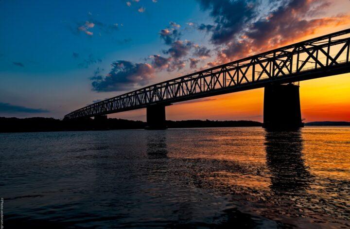Den gamle lillebæltsbro i solnedgangen, hvor himlen var smuk