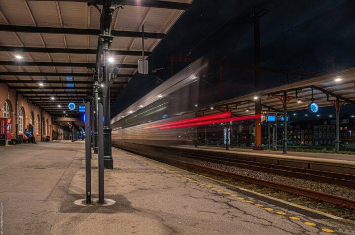 Dsb tog køre ud fra perronen ved Esbjerg banegård