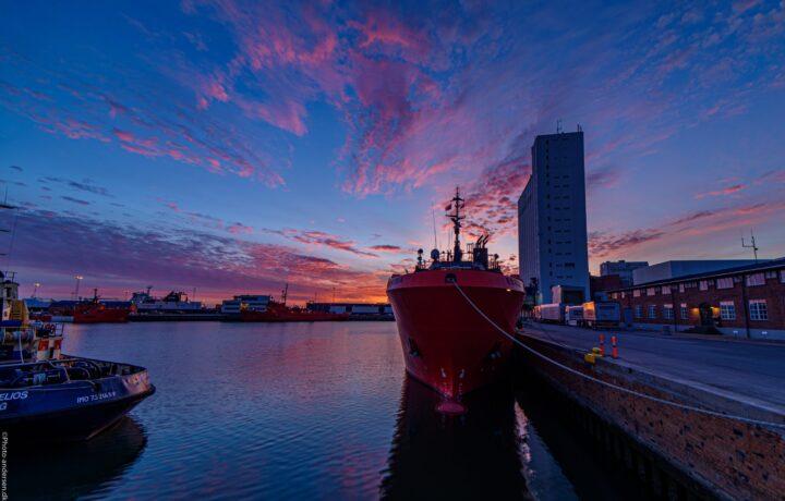 Esvagt skibet Corona i solnedgang