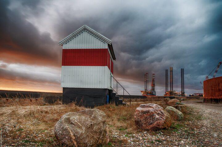 Fyrtårn fra Esbjerg havn i en mørk solnedgang