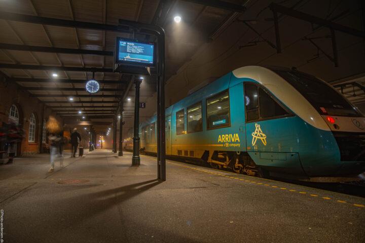 Arriva tog ved Esbjerg banegård, hvor passagere kommer gående fra et andet tog.