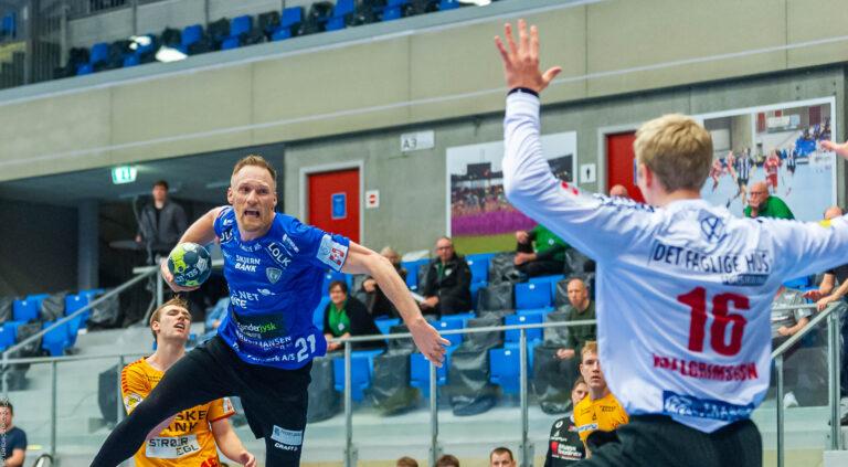 Miha Zvizej skyder på Viktor Hallgrimsson
