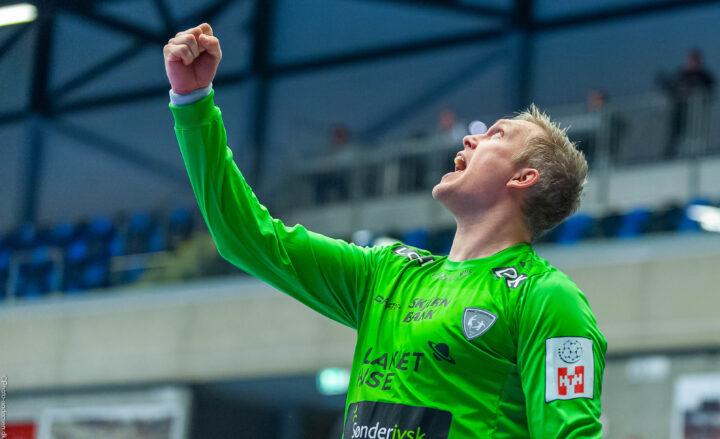 Rene Villadsen i REHH målet i Blue Water Dokken, hvor han lige har reddet en bold fra Mathias Gidsel