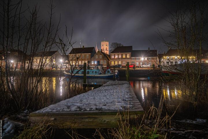 Ribe domkirke set fra hovedengen en kold januar aften, hvor sneen var faldet og hvor lyset brød gennem