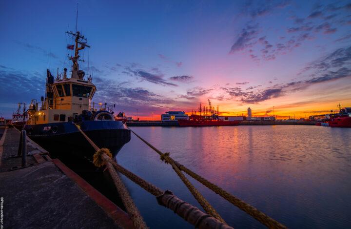 Sigyn slæbebåd i solnedgangens skær ved dokhavnen i Esbjerg.