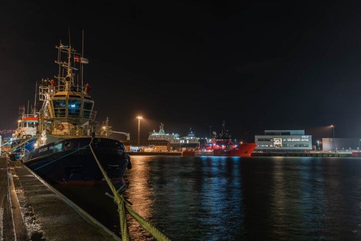 Svitzer Valand ved Dokhavnen i Esbjerg. Esvagt skibet Christina ligger i baggrunden