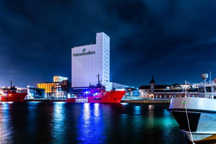 Valsemøllen ved Esbjerg havn hvor den ligger tæt på den gamle toldbodbygning og med Esvagt skibet Cornelia i forgrunden