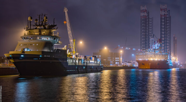 Wind osprey og Island captain i dokhavnen ved Esbjerg havn. Tågen kom snigende ind ind fra havet.