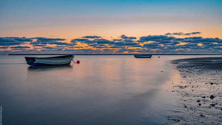 små joller ved Sjelborg Strand ved Esbjerg i solnedgangen.