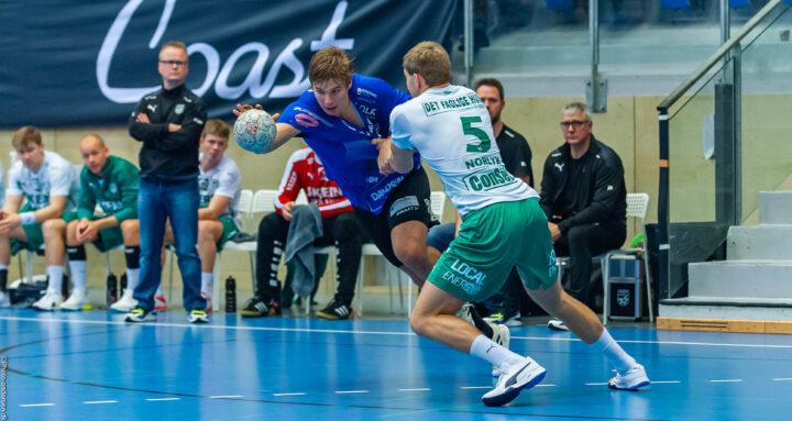 Daniel Ingason i duel med bolden mod Oliver Norlyk fra Skjern Håndbold