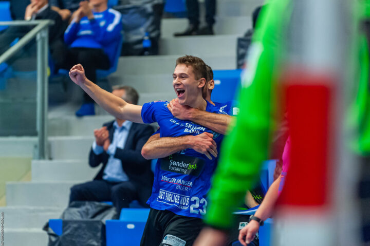 Daniel O. Lund fra Ribe Esbjerg HH scorede fra egen banehalvdel hvor Simon Birkefeldt overfaldt ham efter i en kæmpe jubel og næsten bliver kvalt