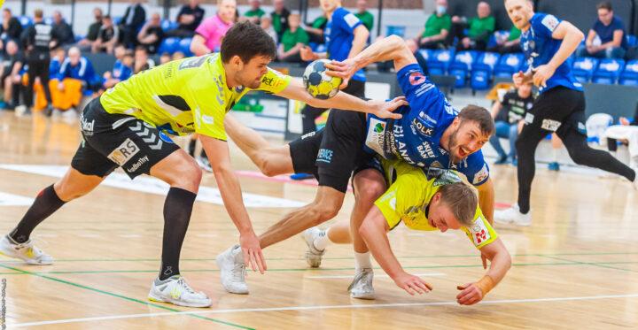 Jonas Larholm fra Ribe Esbjerg HH kæmpede om bolden mod Emil Bergholt fra Mors Thy Håndbold