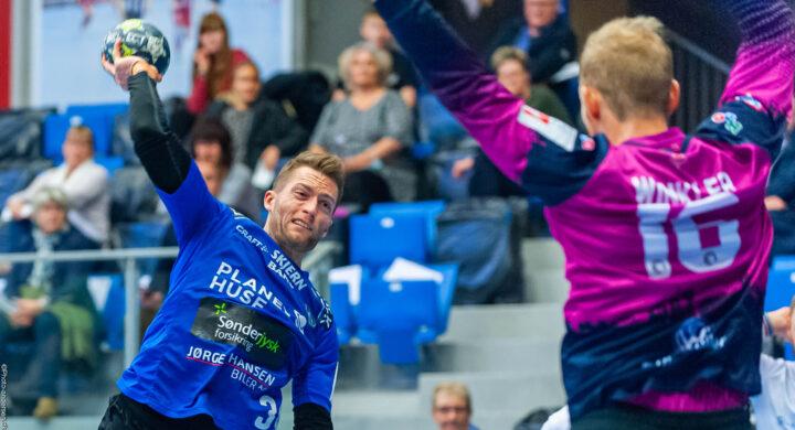 Kasper Kvist fra Ribe Esbjerg HH skyder på mål overfor Tim Winkler fra Kolding.