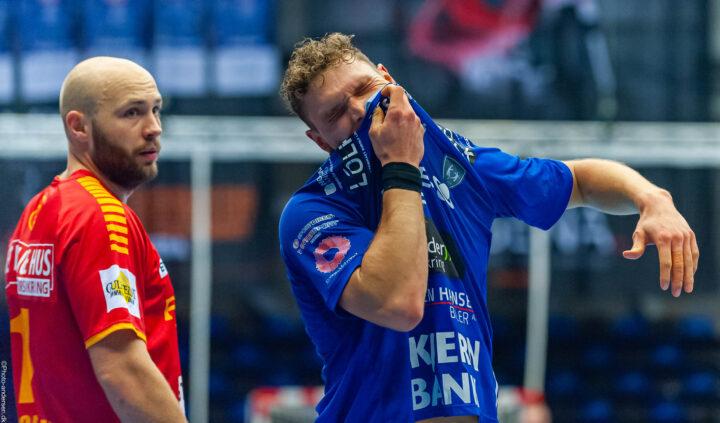 Nicolai Pedersen fra Ribe Esbjerg HH tager sig til munden efter at Oscar Bergendahl har ramt ham i hovedet i en duel.