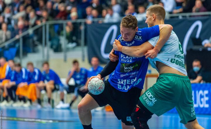 Nicolai Pedersen fra Ribe Esbjerg HH i duel mod Jonas Tidemand fra Skjern Håndbold. Jonas Tidemand har tidligere spillet i Ribe Esbjerg HH