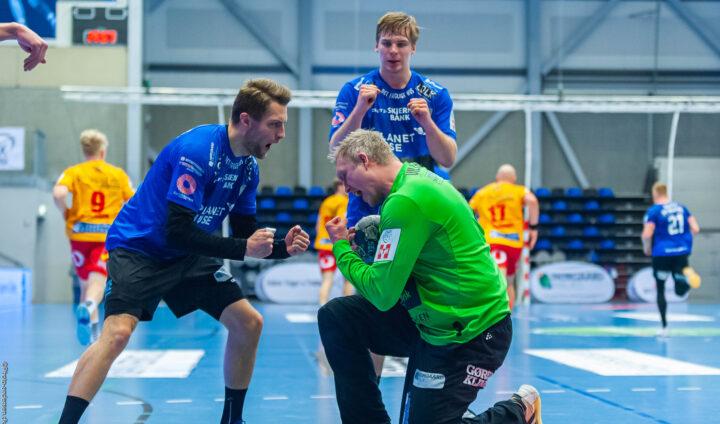 René Villadsen, Kasper Kvist og Daniel Ingason jubler efter at dommeren har dømt overtrådt i kampen mod GOG.