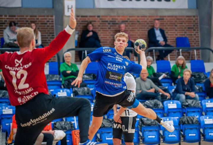 Tobias Olesen fra Ribe Esbjerg HH, i en kamp mod Bjerringbro Silkeborg. her skyder han mod Johan Sjøstrand fra BSH