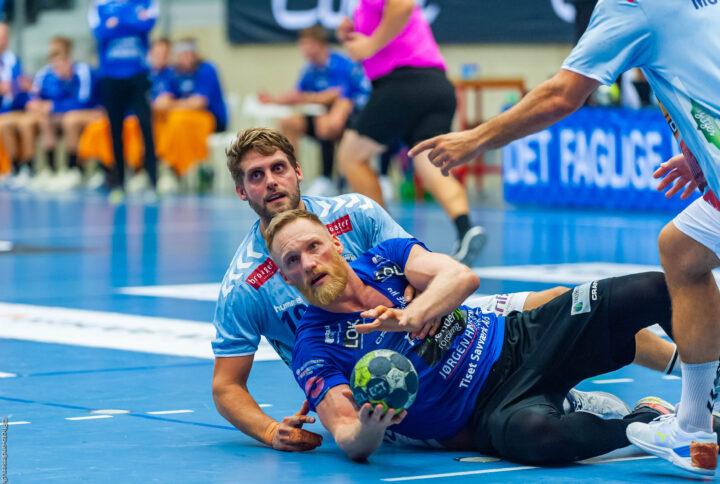 Miha Zvizej fra Ribe Esbjerg HH kæmper om bolden mod Morten Bjørnshauge fra SønderjyskE HerreHåndbold