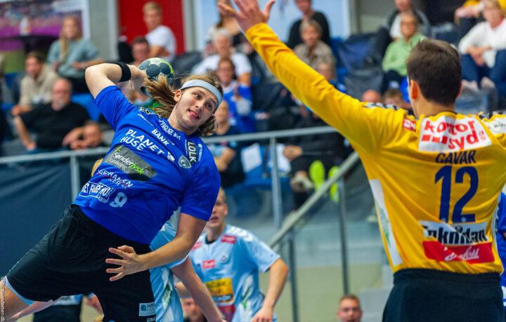 Christoffer Langerhuus fra Ribe Esbjerg HH skyder på Josip Cavar fra SønderjyskE HerreHåndbold