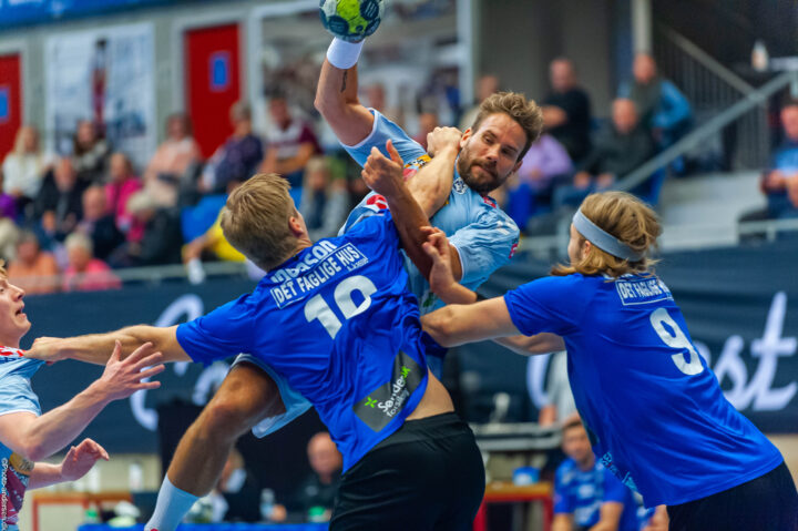 Daniel Ingason og Christoffer Langerhuus fra Ribe Esbjerg HH kæmper mod Thomas Mogensen fra SønderjyskE Herre Håndbold