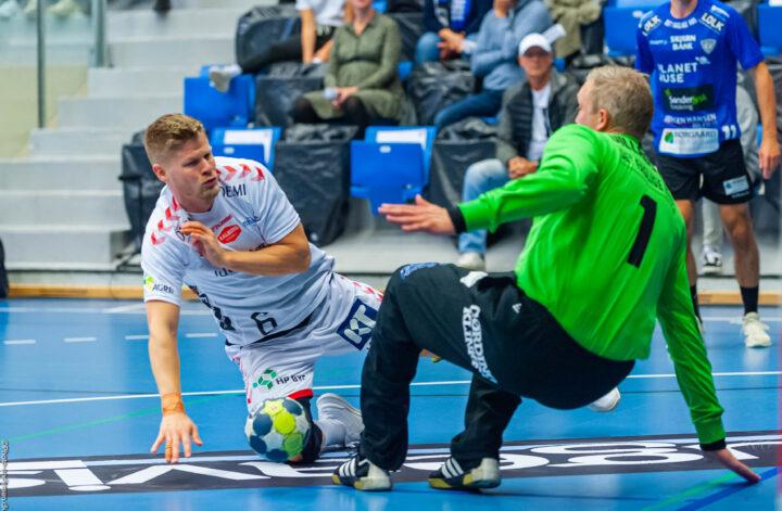 Sebastian Bartholt fra Aalborg Håndbold i tæt kamp med målmanden René Villadsen fra Ribe Esbjerg HH hvor René redder bolden