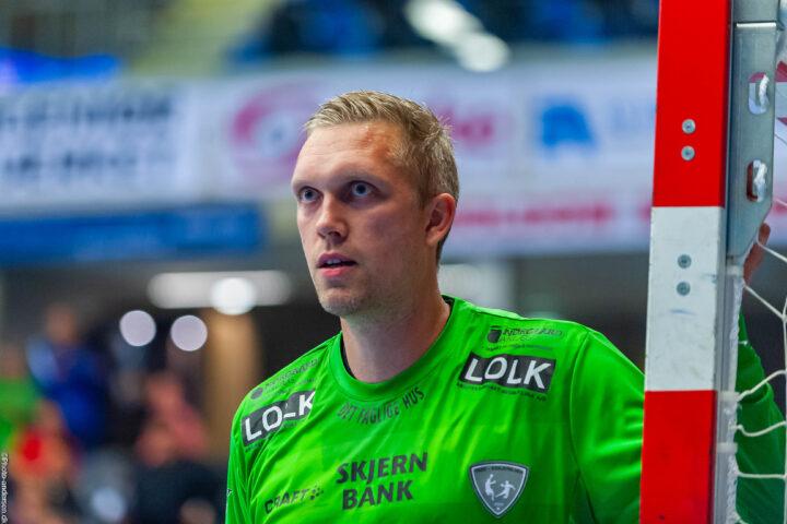 René Villadsen fra Ribe Esbjerg HH i hans kamp mod Aalborg Håndbold hvor han holder øje med fløjspilleren