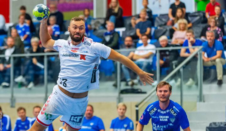 Nicolai Læsø fra Aalborg Håndbold skyder på mål i Blue Water Dokken