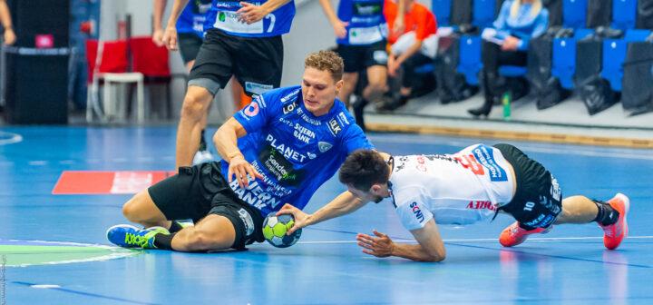 Nicolai Pedersen fra Ribe Esbjerg HH og Magnus Bramming fra TTH Holstebro i kamp om bolden efter at skuddet blev reddet i REHH målet