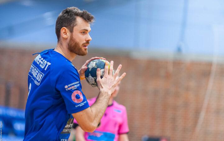 Simon Birkefeldt fra Ribe Esbjerg HH med bolden i kampen mod Mors Thy i Ribe Fritidscenter.