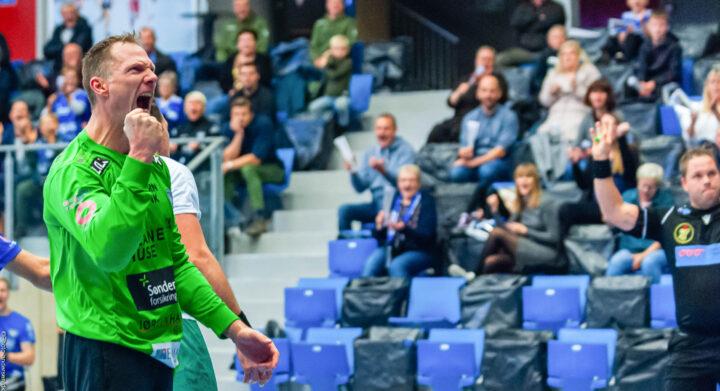 Søren Rasmussen fra Ribe Esbjerg HH jubler efter en redning mod Skjern Håndbold